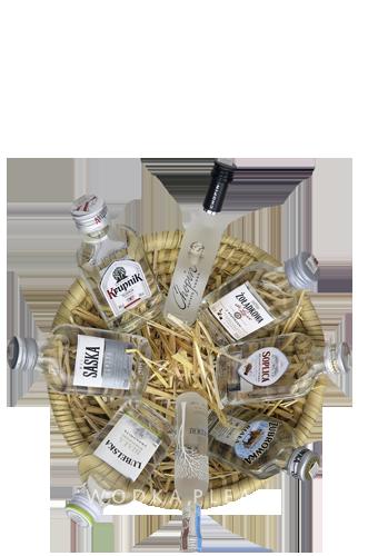 8 klare Wodkaminiaturen im handgemachten FairTrade-Körbchen